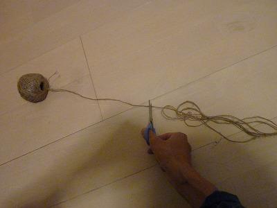 麻ヒモで吊り下げネットを作る画像